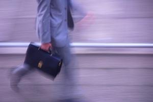 Hommes d'affaires, business man en marche en costume gris et en cravate la saccoche de travail de luxe en cuir sous le bras à la main ils sont certainement dirigeant d'entreprise