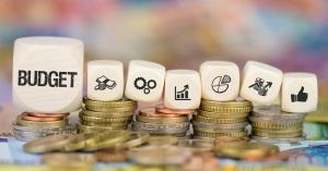 Budget auf Münzenstapel